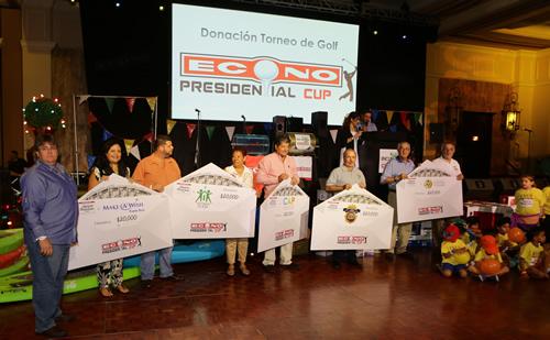Foto de entrega de donativos en torneo de golf