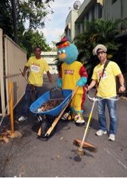 Empleados de Econo en tareas de limpieza en Hospital del Niño